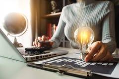 Main d'affaires montrant la stratégie commerciale créative image stock