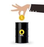 Main d'affaires prenant la pièce d'or dans le tonneau à huile, concept d'investissement Photos libres de droits