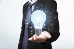 Main d'affaires tenant l'ampoule Concept de nouvelles idées photos libres de droits