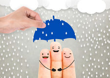 Main d'agent de vendeur tenant la famille de protection de parapluie image stock