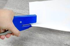 Main d'agrafeuse de bureau image libre de droits