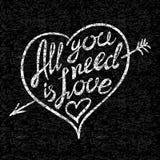 Main d'amour de vintage 'tout que vous avez besoin est' écrite marquant avec des lettres le T-shirt d'habillement pour concevoir Photographie stock libre de droits