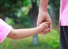 Main d'enfant de prise de père Photo libre de droits