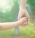 Main d'enfant de prise de père Images libres de droits