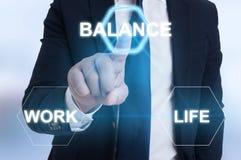 Main d'entrepreneur dirigeant l'icône d'équilibre photos libres de droits