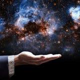Main d'homme d'affaires tenant peu de galaxie images libres de droits