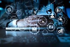 Main d'homme d'affaires travaillant sur l'ordinateur portable avec la couche numérique illustration de vecteur