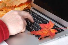 Main d'homme d'affaires travaillant sur l'ordinateur portable sur l'ordinateur portable en bois de bureau avec l'écran vide sur l image libre de droits