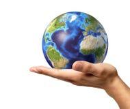 Main d'homme avec le globe de la terre là-dessus. Sur le fond blanc. Photo stock