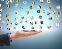 Main d'homme avec le smartphone et le réseau social Photographie stock
