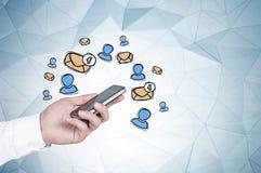 Main d'homme avec le smartphone, icônes d'email illustration stock