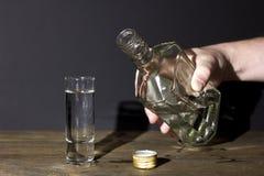 Main d'homme avec le verre de vodka Photo libre de droits