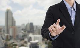 Main d'homme d'affaires appuyant sur le bouton vide sur l'écran virtuel photographie stock