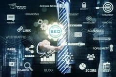 Main d'homme d'affaires avec l'icône de SEO Images libres de droits