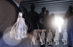 Main d'homme d'affaires choisissant l'icône de personnes Photos libres de droits