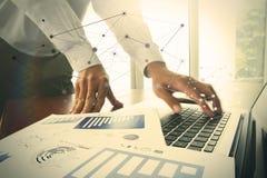 Main d'homme d'affaires fonctionnant avec des documents d'entreprise Photo libre de droits