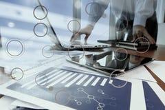 Main d'homme d'affaires fonctionnant avec des documents d'entreprise Photographie stock