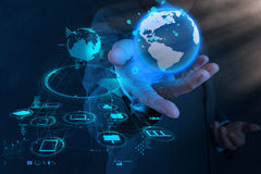 Main d'homme d'affaires fonctionnant avec le nouveau salon de l'informatique moderne la terre Image stock