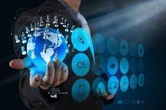 Main d'homme d'affaires fonctionnant avec le nouveau salon de l'informatique moderne la terre Image libre de droits