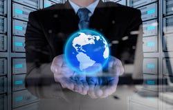 Main d'homme d'affaires fonctionnant avec le nouveau salon de l'informatique moderne la terre Photo libre de droits