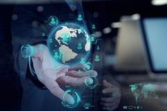 Main d'homme d'affaires fonctionnant avec le nouvel ordinateur moderne Photographie stock libre de droits