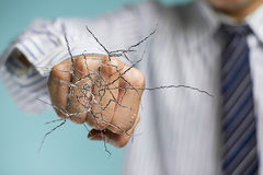 Main d'homme d'affaires frappant le verre transparent avec criqué Images libres de droits