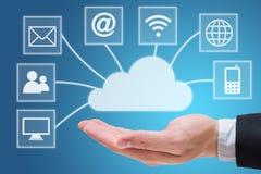 Main d'homme d'affaires jugeant le réseau informatique de nuage d'isolement sur le fond bleu Images libres de droits
