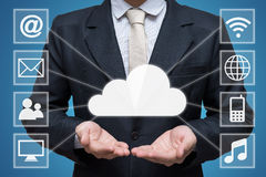 Main d'homme d'affaires jugeant le réseau informatique de nuage d'isolement sur le fond bleu Image stock