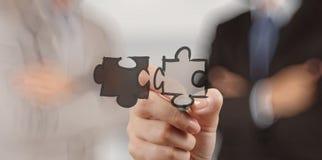 Main d'homme d'affaires montrant l'association de puzzle photo libre de droits