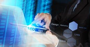 Main d'homme d'affaires montrant l'optimisation de moteur de recherche photos stock