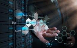 Main d'homme d'affaires montrant l'optimisation de moteur de recherche comme concept photographie stock