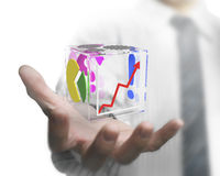 Main d'homme d'affaires montrant le cube transparent en verre Image stock