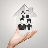 Main d'homme d'affaires tenant la maison 3d avec l'icône de famille Photographie stock