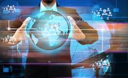 Main d'homme d'affaires tenant le réseau de Social du monde Photo libre de droits