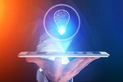 Main d'homme d'affaires tenant le téléphone portable avec l'icône d'idée d'ampoule Photos stock