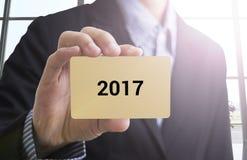 main d'homme d'affaires tenant une carte de visite professionnelle de visite avec du Ne heureux de message photo stock