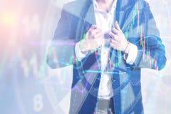 Main d'homme d'affaires tenant une cible avec des dards frappant le centre Image stock