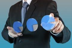 Main d'homme d'affaires traçant un graphique circulaire Photos stock