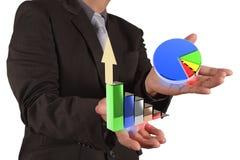 Main d'homme d'affaires traçant un graphique circulaire Images stock