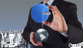 Main d'homme d'affaires traçant un graphique circulaire Photographie stock libre de droits