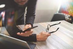 Main d'homme d'affaires utilisant des achats en ligne de paiements mobiles, omni chan Photos libres de droits