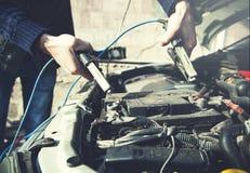 Main d'homme de batterie de voiture photos libres de droits