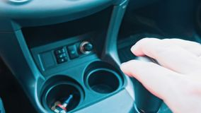 Main d'homme de conducteur tenant la transmission dans la voiture banque de vidéos