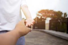 Main d'homme et de femme atteignant entre eux Photos libres de droits