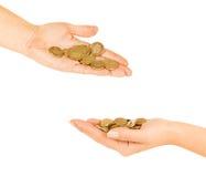 Main d'homme et de femme tenant la pièce de monnaie images libres de droits