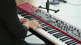 Main d'homme jouant le piano Fermez-vous vers le haut du piano musical Piano masculin de jeu de doigts Instrument de clavier pend clips vidéos