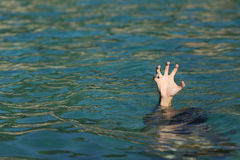 Main d'homme se noyant dans l'océan Photos libres de droits