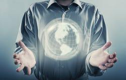 Main d'homme tenant la planète numérique de la terre Photo libre de droits