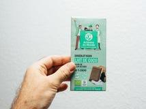 Main d'homme tenant le chocolat de Vegan d'Artisans du Monde Photo libre de droits