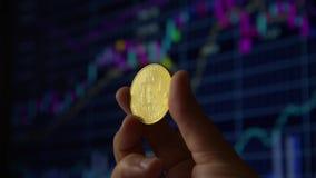 Main d'homme tenant un bitcoin de pièce d'or banque de vidéos